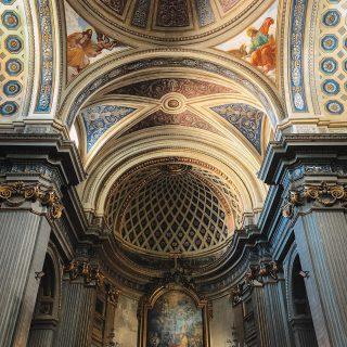 """🇮🇹 Parrocchia di San Martino  Hola viajeros, hoy les traigo otro poquito de historia de Velletri, Roma. (Para los que recién llegan, es mejor que vean los post anteriores). Comenzamos... Como anteriormente les conté, Velletri y todo el resto de Castelli Romani, desde el inicio de los tiempos, fueron territorios de guerra. Esta parroquia que les comparto hoy, es una de las históricas de la ciudad, fue la 2da que conocí y además de ser linda, tiene una historia super interesante.  Su construcción fue dedicada al Obispo San Martino di Tours. Está ubicada en el centro histórico y a 3 cuadras de mi casa. Su origen antiguo es quizás anterior al año mil !!!!!!!!! Pero debido a los constantes ataques a la ciudad, fue reconstruida 3 veces. Su última reconstrucción tuvo que ser desde los cimientos en 1778. En varias partes de la parroquia y hablando con la gente Velletrana, está directamente relacionada a los """"Padres somascos"""" integrantes de la comunidad y encargados de esta iglesia. Todos hablan maravillas de ambos, así que en otro post les contaré más sobre los roles que cumplieron y cómo pusieron sus vidas al servicio de la gente.  Espero que les guste🥰 seguimos x historias📸.  #parrocchia #chiesacattolica #iglesiacatólica #arquitectura #romalazio #velletri #velletri_gram #sanmartino #architettura #parroquias #argentinaenitalia #travelgram #blogdeviajesenespañol"""