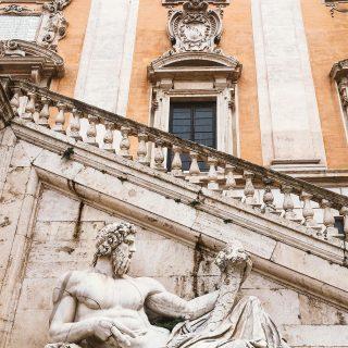 📍Campidoglio 🇮🇹  Hola viajeros, hoy les quiero compartir algunas curiosidades sobre la Piazza del Campidoglio. Ubicada sobre el monte Capitolino y conocida como la piazza más moderna de Roma (1540 aproximadamente). Su creador: nada más y nada menos que el maravilloso, fantástico e inigualable Michelangelo 🤍✨.  La primera vez que pisé este lugar, lo que más me llamó la atención fue como esta diseñado el piso y como la arquitectura y sus perspectivas te va guiando la mirada... todo apunta al vaticano. O por lo menos eso es lo que me pasó a mi. 🤨  Curiosidades: 🔺 La estatua de Marco Aurelio, que actualmente esta en el centro del Campidoglio es una copia 😲. El Polizia que cuida la piazza me dijo que la original esta dentro del museo. 🔺Otro dato que vi en la puerta del museo es que Michelangelo no llegó a ver la piazza terminada, pero los arquitectos cumplieron con todo el proyecto que él había diseñado.  Guarden este post para cuando vengan. Este lugar sin dudas es uno de los que no te podes perder si estas en Roma. Después me cuentan qué les pareció, apunta al vaticano o estoy loca? 😂  #romacittaeterna #campidoglio #curiosidades #piazzadelcampidoglio #museicapitolini #marcoaurelio #michelangelo #romalazio #visitrome #visitroma #turismoitalia #turismoroma #blogdeviajes #travelblogger #roma🇮🇹
