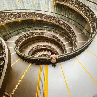 Museos Vaticanos — Scala Elicoidale di Momo 📸  Esta es posiblemente una de las mejores fotos que tengo. Estar en Roma estos últimos meses significó esto, recorrer los lugares más turísticos sin gente. Haciendo la comparación con otros museos, este sin dudas está en el primer nivel. En estos días, por medio de varios post + historias les voy a ir contando todo!  De los museos/galerías que ustedes conocen, cuál creen que es el mejor? Y si tienen recomendaciones de museos acá en Roma, serán bienvenidas🥰.  #museivaticani #vaticanmuseum #vaticanomuseum #scalaelicoidale #scaladimomo #museosvaticanos #museosdelmundo #romacittaeterna #vaticancity #bloggeritalia #blogdeviaje #blogdiviaggi @vaticanmuseums