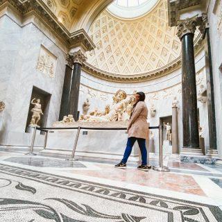 Museos Vaticanos - Nilo  Hola viajeros, después de una pausa con el recorrido por los Museos Vaticanos… retomamos! Hoy les comparto una de las partes imperdibles si vienen, se trata de una de las galerías más nuevas del museo. La estrella de este sector es la estatua del Nilo, descubierta en 1513 en Campo Marzio 📍Roma. Se trata de una escultura de mármol que representa la personificación del Río Nilo, como un anciano junto a 16 bebes, que hacen referencia a los niveles de agua que alcanzaba el río en las inundaciones. También se pueden ver frutas, espigas y una pequeña esfinge que representa la tierra egipcia.  & Pa que me invitan si ya saben como me pongo 😂 este museo me voló la cabeza, porque cada uno de sus sectores esta lleno de curiosidades, cosas exóticas y obras que estudiaba en los libros. Y se que me pongo muy filosófica pero ver los restos de la historia y cultura de Egipto tan cerca te recuerdan que nosotros somos la nada misma en el mundo.  Después les comparto más por historias 😘 manden msj si quieren ver alguna obra o galería en especial. #museivaticani #museochiaramonti #museumvisit #vaticanmuseums #nilo #esculturas #romamusei