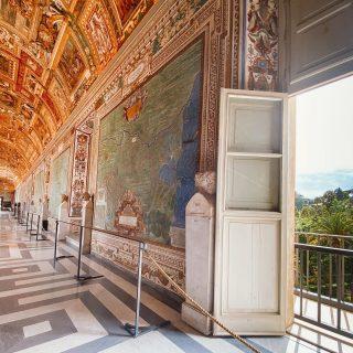 Museos Vaticanos — 2º piso  Anteriormente les dije que tenía mucho para mostrarles, es que estuvimos aproximadamente 6 horas dentro 😬😲. Antes de visitar estos museos no teníamos idea que era taaaan grande; hoy les voy a compartir una parte del segundo piso.  — La Galería de los mapas (📸1-4) Es una de las galerías que te lleva a la Capilla Sixtina. En sus paredes estan colgados los mapas de cada región de la Italia del 1580. — Museo Pio Clementino (📸5-8) Donde pueden ver la Galería de los candelabros, La Sala Redonda que imita a la cúpula de Pantheon & La Sala de las musas.  #museosvaticanos #vaticanmuseum #vaticano #vaticancity #galeriasdearte #obrasdearte #galleriadellecartegeografiche #galeriadelosmapas #museosdelmundo #museivaticani #museitaliani #museopioclementino