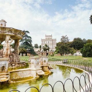 """📸 Villa Doria Pamphilj  Como les prometí, acá esta la 3º parte del Parco Villa Doria de Roma. Estos días estaba pensando porqué me había gustado tanto este lugar, y entendí que combina todo lo que a mi me fascina: un lugar hermoso, un poco abandonado, bastante misterioso, con muchísima historia y una familia…diría dinastía de más de 500 años!  A lo largo de todo este tiempo los integrantes de esta familia recibieron diferentes títulos de nobleza, hubo príncipes, condes, duques, cardenales, matrimonios políticos que generaban vínculos con otras familias de nobles y de la realeza, hasta tuvieron un Papa que tomó el nombre de Pontifice Innocenzo X. Por lo que tengo entendido, actualmente quedan solo 2 herederos """"reconocidos"""" que están en guerra por los bienes 🙄 Osea la historia tiene todo: fortuna, palacios, títulos, escándalos, obras de arte famosas y obviamente una fuerte conexión con la iglesia.  Espero que les haya gustado, en historias les sigo contando un poco más de las curiosidades de este lugar.  #parcodiroma #parchidiroma #villadoriapamphili #villadoriapamphilj #famigliadoriapamphilj #ig_lazio #ig_rome #lazioyouthcard #parques #romacittaeterna #gianicoloroma"""